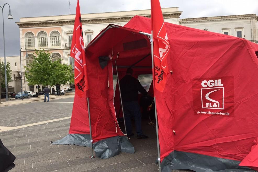Tenda rossa in piazza Catuma