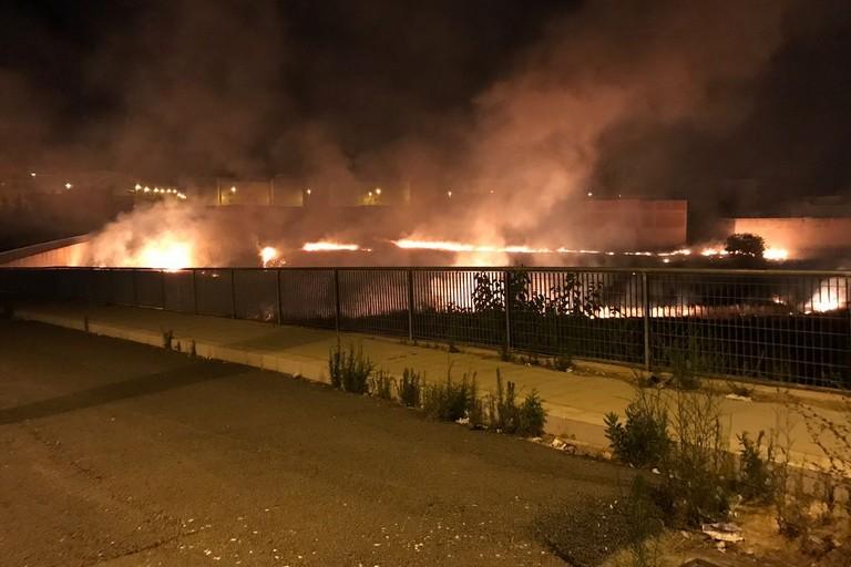 Vasto incendio nella notte al quartiere di San Valentino