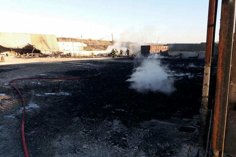incendio domato deposito di pedane in legno
