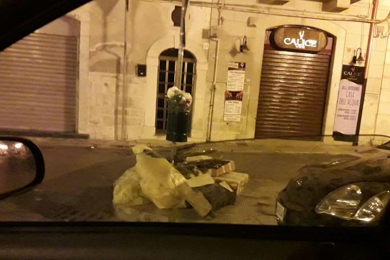 abbandono di rifiuti in via Annunziata