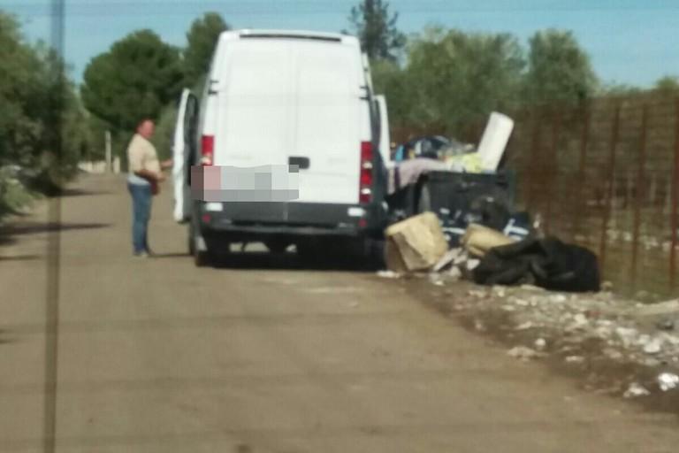 Rifiuti abbandonati in contrada Lama di Carro (Foto Polizia Municipale)