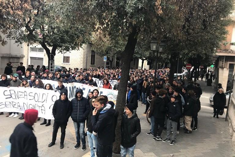 """Liceo """"R. Nuzzi"""": 868 giorni di ritardo dei lavori. Al via la petizione"""