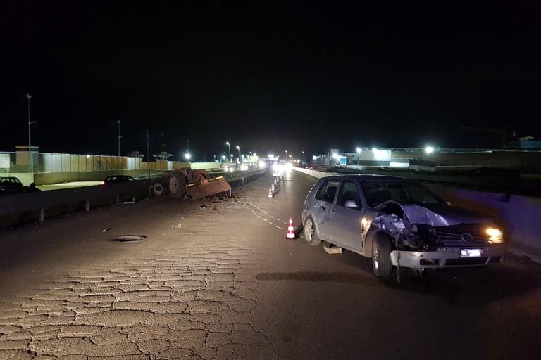 Grave incidente stradale sulla tangenziale: auto tampona trattore