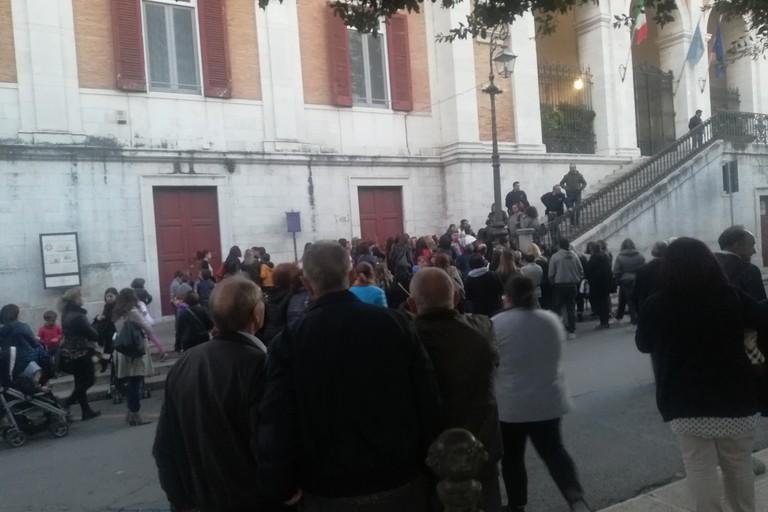 manifestazione delle mamme sotto Palazzo di Città