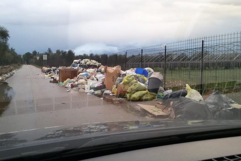 Colline di rifiuti in contrada Lama di Carro: l'ennesimo teatro di un'inciviltà senza fine
