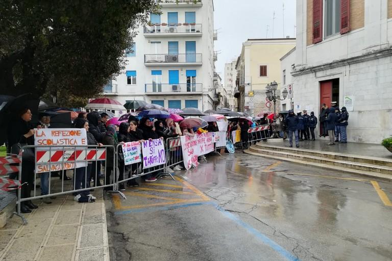 Le mamme manifestano davanti al Comune di Andria