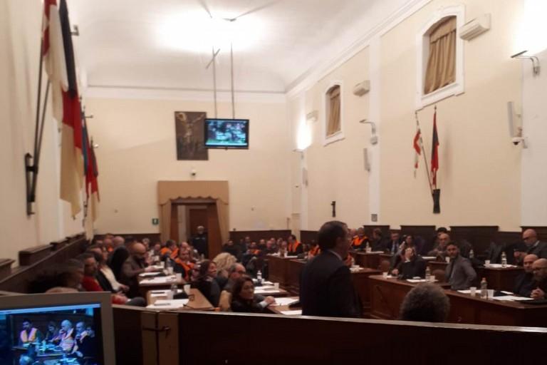 I gilet arancioni nella sala consiliare del Comune di Andria