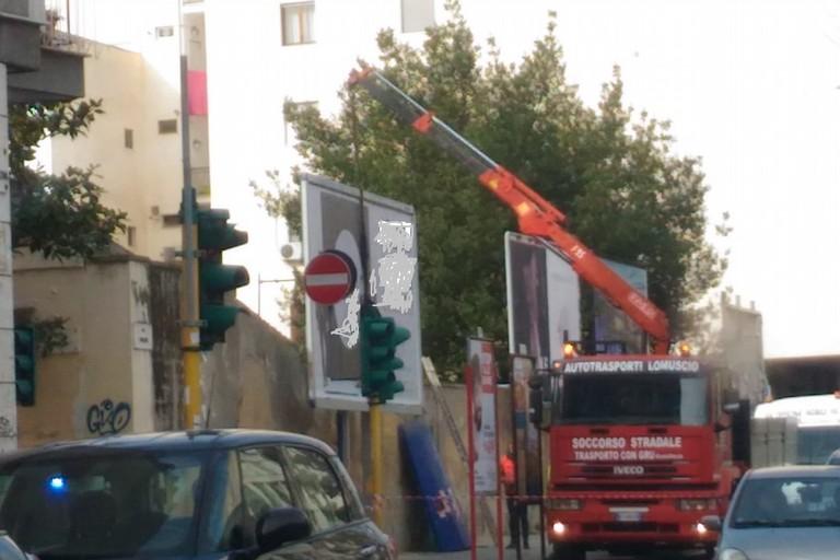 rimozione impianto pubblicitario su via Firenze