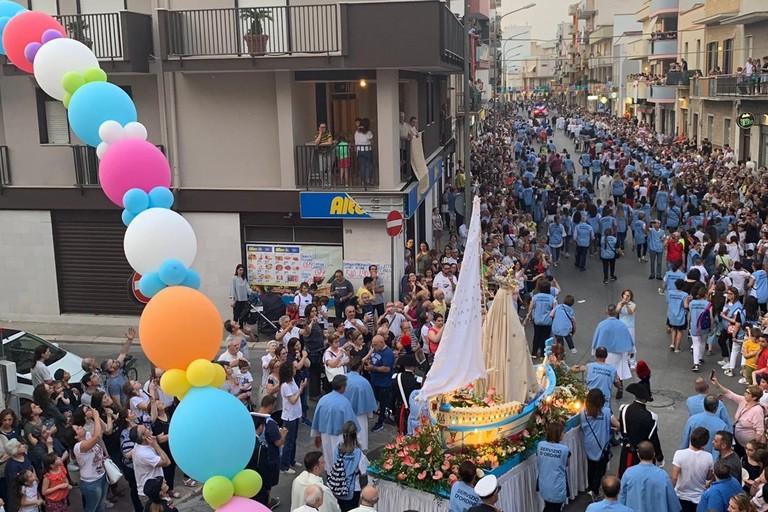 I fedeli andriesi in processione con la Madonna dell'Altomare
