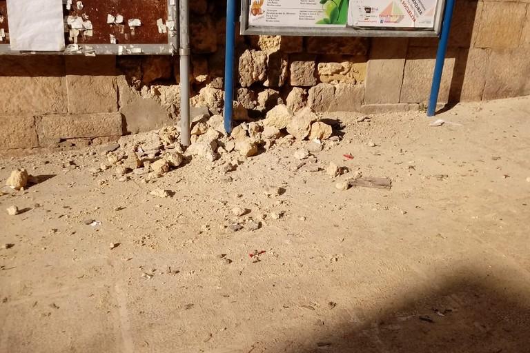 Crolla il muro perimetrale dello stabile abbandonato in Pendio San Lorenzo
