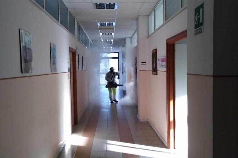 Operazione di sanificazione di una scuola di Trani