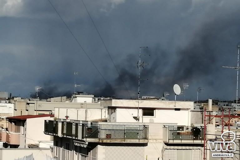 nube di fumo nero sprigionata sulla città a seguito dell'incendio dell'autofficina