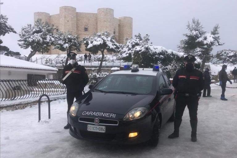 Castel del Monte innevato con i Carabinieri
