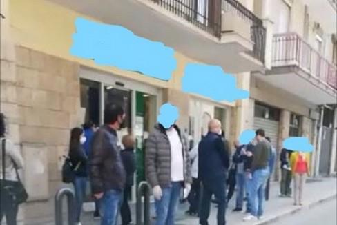 InkedAssembramenti davanti alle banche LI