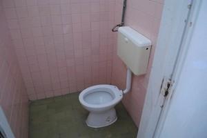 Andria: Bagno fatiscente alla Scuola dell\'Infanzia \