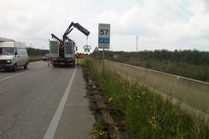 Lavori spostamento barriera stradale