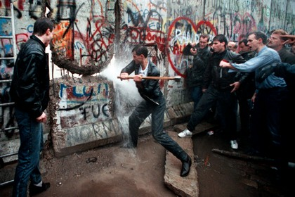 Muro di Berlino abbattuto