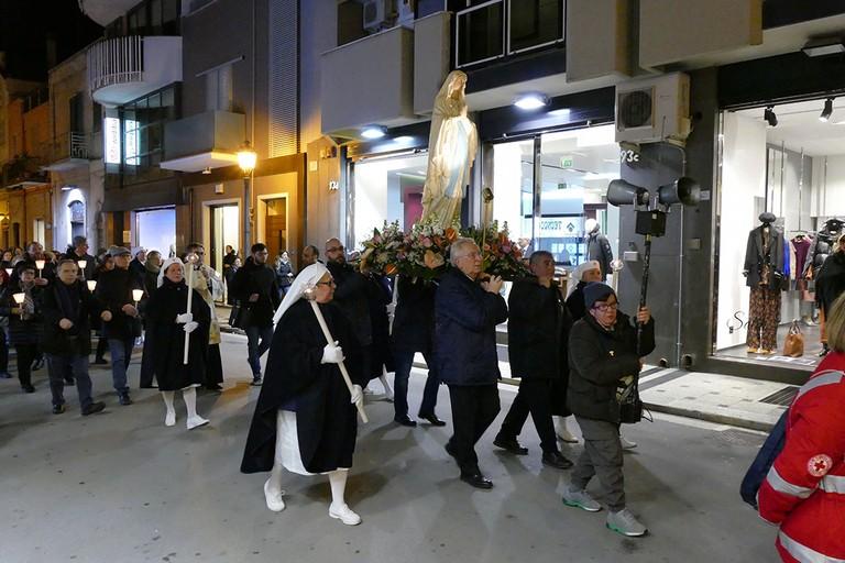 Lunga processione per la 28^ giornata del Malato. <span>Foto Riccardo Di Pietro</span>
