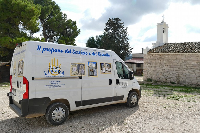 """Il Vescovo Luigi Mansi dona un furgone alla Cooperativa """"A Mano Libera"""""""