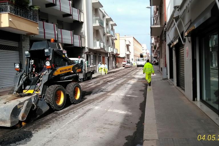 Lavori di bitumazione in via Torino
