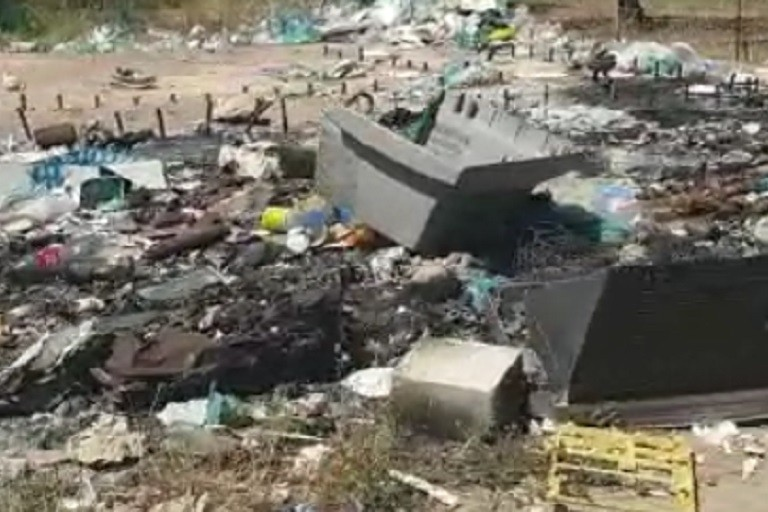 Montagne di rifiuti in contrada Lama di Carro