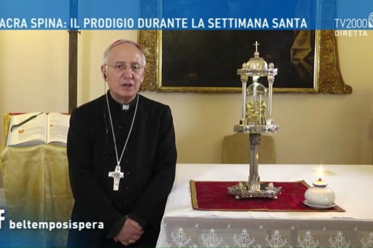 Mons. Luigi Mansi con la Sacra Spina in collegamento su TV2000