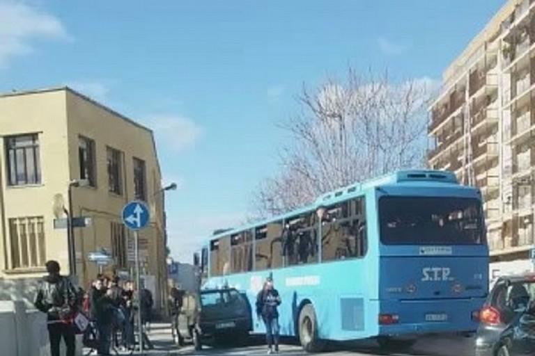 Autobus della STP si incastra con una Panda in via Milite Ignoto