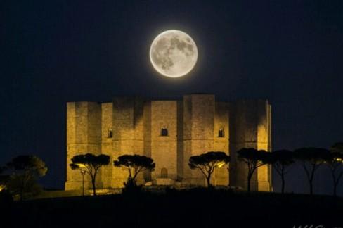 Castel del Monte e la luna piena