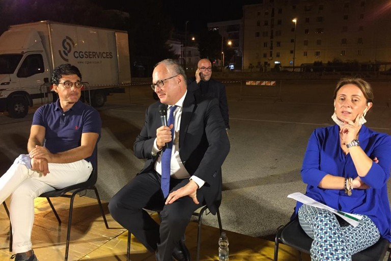 Il Ministro dell'Economia, Roberto Gualtieri, con Giovanna Bruno e Giovanni Vurchio. <span>Foto Antonio D'Oria</span>