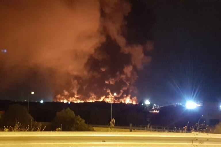 Terribile incendio in un capannone a sud di Andria