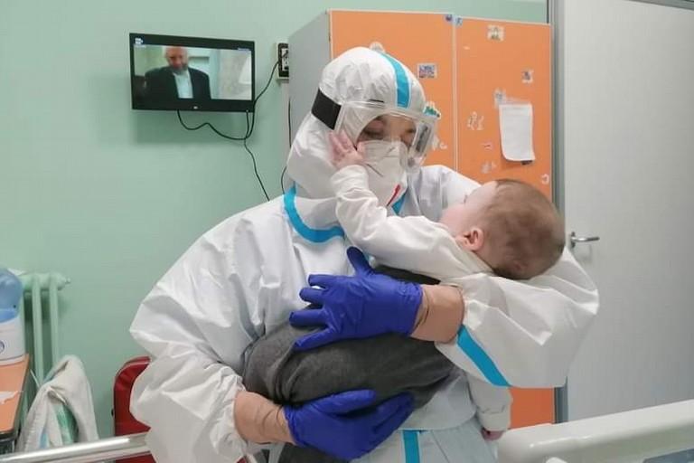 Domenico in braccio al suo angelo-astronauta