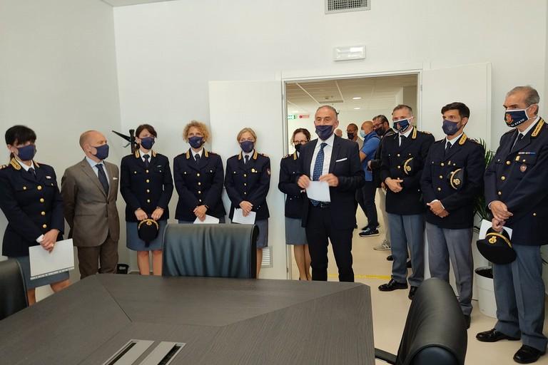 Il Questore dott. Pellicone assieme alla squadra di uomini e donne della Polizia di Stato. <span>Foto Antonio D'Oria</span>