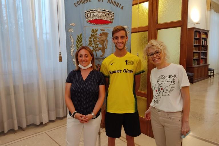 Francesco Fortunato con il sindaco Giovanna Bruno e l'assessora Daniela Di Bari. <span>Foto Antonio D'Oria</span>