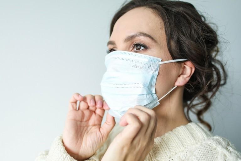 donna con mascherina anti covid 19